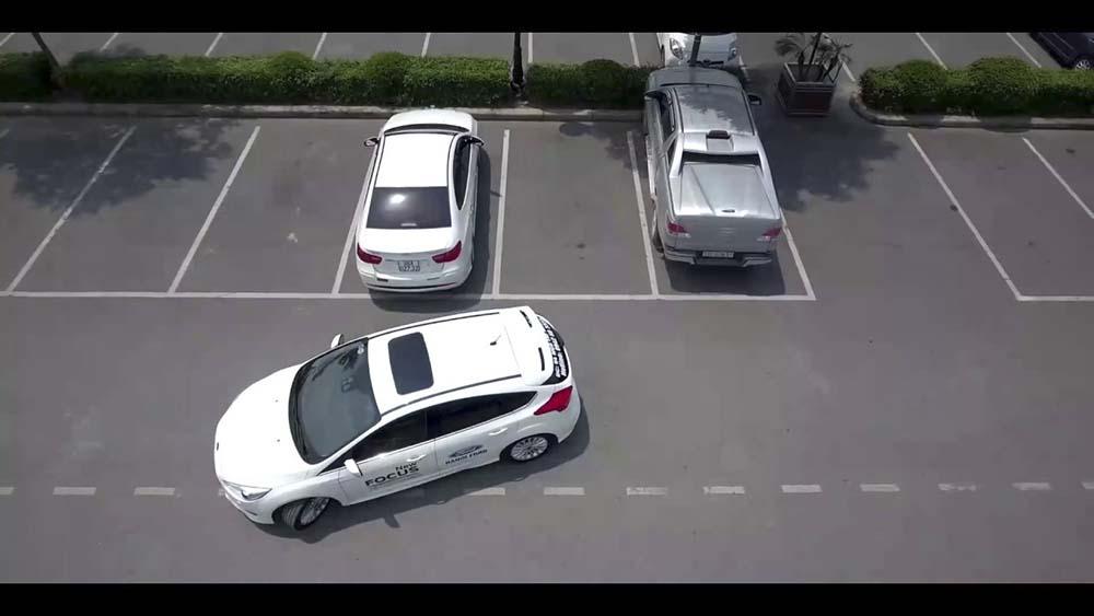 Lùi và đỗ xe chính xác